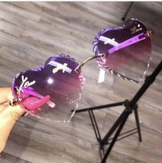 Discover recipes, home ideas, style inspiration and other ideas to try. Cute Jewelry, Jewelry Accessories, Mirrored Sunglasses, Sunglasses Women, Cute Glasses, Glasses Outfit, Accesorios Casual, Look Retro, Fashion Eye Glasses