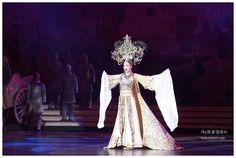 來到泰國必看的大秀【人妖秀】,雖然10幾年前就看過了,但新開幾年的【羅馬金劇場】,或許人妖不是最多的,但排場絕對是最華麗的,Sky也分享幾段給大家欣賞!(拍得還可以^^) 泰國景點推薦-必看芭達雅人妖秀【羅馬金劇場Colosseum Show Pattaya】