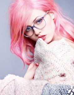 Pour la dernière collection de lunettes Chanel, Charlotte Free a pris la pose pour le Kaiser. Attitude romantico-rock garantie ! http://www.elle.fr/Mode/Les-news-mode/Autres-news/Charlotte-Free-sous-l-objectif-de-Karl-Lagerfeld-pour-les-lunettes-Chanel-2785124