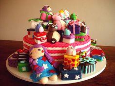 Bolo Pilha de Presentes! (Presents Pile Cake!) by Carla Ikeda - DENTRO DO FORNO - BOLOS DECORADOS - , via Flickr