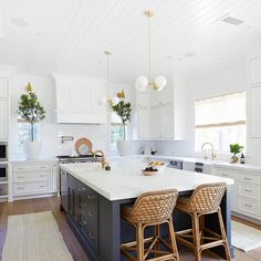 Home Decor Kitchen, Diy Kitchen, Kitchen Interior, Blue Kitchen Ideas, White Cabinet Kitchen, Awesome Kitchen, White Kitchen Inspiration, Long Kitchen, Kitchen Trends