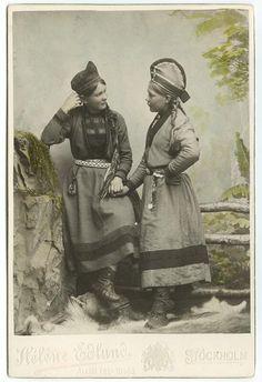1890年から1899年頃、スウェーデン、コルト(Kolt)呼ばれる民族衣装を着た若いサーミ人女性のスタジオ写真。