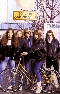 so funny seeing 'Maiden' bad asses with Bruce on a bike! Rock N Roll, Dave Murray, Iron Maiden Band, Adrian Smith, Bruce Dickinson, Heavy Rock, Bike Style, Heavy Metal Bands, Band Photos