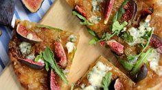 Pizza printanière confiture d'oignon, figues, bleu et roquette