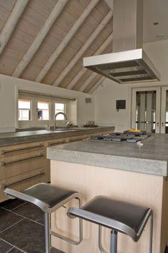 Massief 3-laags eiken houten keuken met betonnen aanrechtbladen - The Living Kitchen by Paul van de Kooi