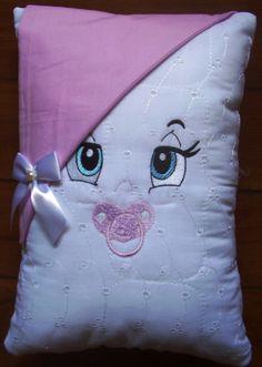 Naninha , almofadinha para berço de bebê ... para decorar o quarto, fazemos a gosto do cliente bordamos e personalizamos tbm...Medidas 25larg.x 35 compr. enchimento com manta acrílica , capa da almofada é com ziper atraz para facilitar na hora da lavagem.. Diy Pillows, Decorative Pillows, Cushions, Girls Quilts, Baby Quilts, Baby Sewing Projects, Sewing Crafts, Diy And Crafts, Arts And Crafts