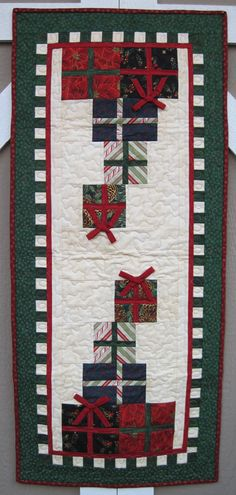 Merry Christmas Table Runner Quilt - use package idea for Christmas tree skirt Table Runner And Placemats, Table Runner Pattern, Quilted Table Runners, Christmas Patchwork, Christmas Sewing, Christmas Quilting, Christmas Runner, Christmas Table Runners, Christmas Tables