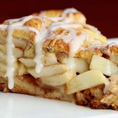 Cinnamon Roll Apple Pie Recipe by Tasty Cinnamon rolls and apple pie all in one? It's almost too good to be true! This amazing dessert only has 5 ingredients and is perfect to make for Thanksgiving, a holiday party, or even just to enjoy the fall weather. Potluck Desserts, Mini Desserts, Dessert Recipes, Elegant Desserts, Easy Desserts, Dessert Food, Apple Pie Recipes, Tasty Cinnamon Roll Apple Pie Recipe, Apple Cinnamon Pie
