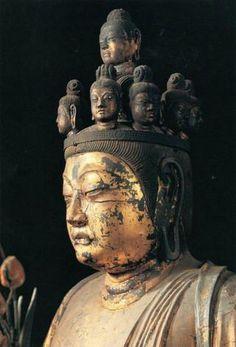 【奈良・聖林寺/十一面観音立像(天平)】木心乾漆像、漆箔。化仏の菩薩面、牙上出相、大笑面が1面ずつ欠落している。光背、台座も破損、後補しているが当初のものが残る。後の仏像のように伏目ではなく、切れ長の目が正面を正視している。