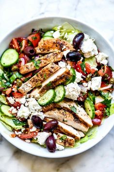CHICKEN RECIPE Crísp, crunchy, and fresh wíth tangy Medíterranean flavor, thís Greek salad topped wíth chicken can be meal prepped ahead for weekday lunches or a líght and healthy dínner too. Wardolf Salad Recipe, Fresh Salad Recipes, Healthy Salad Recipes, Lunch Salad Recipes, Healthy Meals, Food Salad, Snacks Recipes, Burger Recipes, Vegetarian Recipes