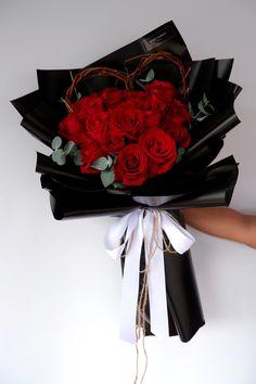 您的心仪的她可能/或许/想象…有男朋友了?没关系…就用这束经典20朵玫瑰花束 表达:名花有主,我来松松土…  • 韩式花束 • 七夕节花束 • 渣男语录 20 Roses Bouquet 👉🏼 Rm 220  • Free Cocotina Gift Card : Write Message  👉🏼 #玫瑰花束 #20朵玫瑰 #手花 #龙藤心形花束 #心形玫瑰花束 #满天星花束  #七夕节花束 #情人节花束 #节日爆款花束 #Rosebouquet #Flowerballoon #气球花 #韩式花束 #新款花束 #特别花束 #Foodpanda #Pandashop #Pandamart  #johorflorist #floristjohor #jbflorist #flowerstagram #flowerbouquet #koreastylebouquet #handbouquet #花店 #新山花店 #florist #小天使花店 #小天使花屋 🌾 instagram@angelfloristgiftcentre ✉️…