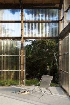 Image 64 of 69 from gallery of Une maison pour surfer / Java Architecture. Photograph by CaroLine Dethier Java Architecture, Sustainable Architecture, Le Hangar, Big Sheds, Low Cost Housing, Dome House, Pole Barn Homes, Travel Oklahoma, House Extensions