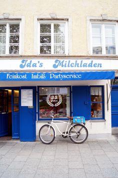 Ida's Milchladen in der Münchner Innenstadt ist ein richtiger Geheimtipp! Vor allem zur Mittagspausenzeit stehen in dem charmanten Minilädchen Großstadtyuppies, Schüler und Münchner Urgesteine in der Schlange, um sich frische Salate, leckere Quiches, Suppen oder eines der Tagesgerichte auszusuchen. Adresse: Kreuzstraße 23 (gleich beim Sendlinger Tor) in 80331 München. Geöffnet von Montag bis Freitag, 6-16 Uhr.