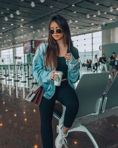 30 Cool Posing Ideas To Battle Boredom In The Airport - Feminine Buzz Airport Photos, Airport Look, Airport Style, Airport Travel Outfits, Tmblr Girl, Look Blazer, Cooler Look, Casual Outfits, Fashion Outfits