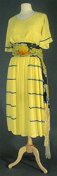 Période : Poiret  Mode : Silhouette Poisson  Année : 1910-1918. Vintage Gowns, Mode Vintage, Vintage Outfits, Vintage Style, 1900s Fashion, Edwardian Fashion, Vintage Fashion, Silhouette Mode, Fish Silhouette