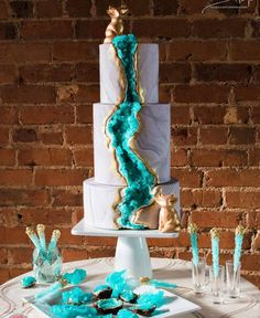 Green and gold geode cake // Beautiful wedding cake trends 2016