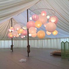 Salle de réception (barnum, tentures) décorée de lanternes chinoises accrochées sur un cercle suspendu. SI REINE DUN JOUR