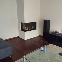 modern en stijlvol Corner Fireplace, Decor, Home Fireplace, Home And Living, Home Living Room, Contemporary Living Room, Contemporary Living Room Design, House Interior, Corner Gas Fireplace
