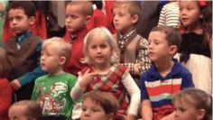 Dit meisje laat haar dove ouders mee genieten van de kerstliedjes