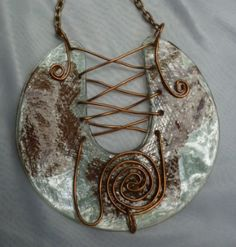 THIS IS SUCH AN AWESOME IDEA!!! Collar largo de CD Cafè con alambrerc Recycled CD into jewels