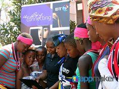 APLICACIONES MÓVILES ¿Es verdad que Coca-Cola pondrá wi-fi en las máquinas expendedoras de refresco? Coca-Cola ha implementado una novedosa campaña dónde pretende convertir sus máquinas expendedoras de bebidas en zona de WiFi gratis. La multinacional se alió con la operadora de telefonía BT; la cual brindará servicio en dos zonas rurales de Sudáfrica en zonas cercanas a colegios y comercios en dónde el internet no esté al alcance de los habitantes. www.appmaker.mx
