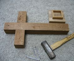 How to make a wooden cross. This would be a great portable cross for Faith Sharing gatherings & Retreat. Mosaic Crosses, Wooden Crosses, Crosses Decor, Wall Crosses, Wooden Projects, Wooden Crafts, Wooden Diy, Wood Crafts That Sell, Horseshoe Projects