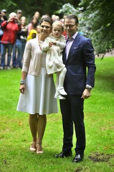 Prince Daniel and Princess Estelle help Crown Princess Victoria of Sweden celebrate her birthday with her citizens near their palace in Solliden (Palace) July 2014 Victoria Prince, Princess Victoria Of Sweden, Crown Princess Victoria, Crown Princess Mary, Prince And Princess, Hollywood Fashion, Royal Fashion, Royal Families Of Europe, Swedish Royalty