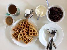 Přes noc kynuté vafle z ovesné a rýžové mouky s jogurtem, javorovým sirupem a hroznovým vínem