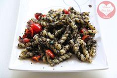 Riccioli con pesto di olive nere, alici e pomodorini pachino