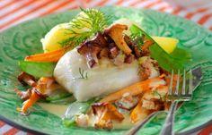 Torskrygg är både lättlagat och festligt! I det här receptet toppar vi fisken med stekta kantareller och bacon och serverar med sockerärter och läcker smörsås.