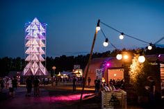 This illuminated tower has been installed for a Dutch music festival to function as a central meeting point »