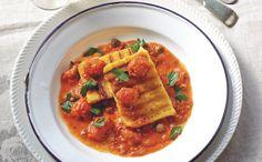In dit stevige gerecht contrasteert een pittige Italiaanse tomatensaus heerlijk met de neutrale smaak van gegrilde polenta.