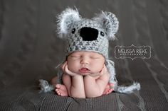 This cute little light gray koala bear hat with fuzzy ears and ties is the perfect hat for those newborn photos! It is made from a soft acrylic yarn with a white novelty yarn around the ears and throu Newborn Photography Props, Newborn Photo Props, Newborn Photos, Baby Hut, Baby Kostüm, Koala Baby, Baby Wraps, Crochet Baby, Ties