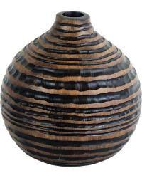 Polyresinová váza oválného tvaru ve tmavém provedení. Vyrytý vodorovný vzor, má jemnou texturu.