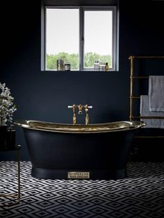 Holzkohle grau Badezimmer mit Messing-Akzente und eine Retro-frei stehende Badewanne