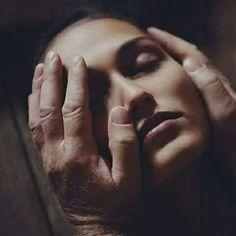 Mi hanno insegnato  Che il paradiso confina con l'inferno, Che le parole sono uno spettacolo di architettura Tra labbra e pensieri , Che l'acqua spegne il fuoco  ma il fuoco non può nulla verso l'acqua, Che il fiato può morire sulla schiena  E tra la pelle. Mi hanno detto di badare a me stessa Per non  dimenticare sul tuo petto  Traccie di ogni mio principio, Mi hanno  detto di confondermi Tra pieghe di lino dove riposano  I nostri corpi senza scelta, Di sorridere ovunque il sole mi indica…