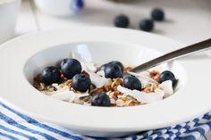 GRANOLA MED NØTTER OG KOKOS (VIDEO) Granola, A Food, Cereal, Oatmeal, Breakfast, The Oatmeal, Morning Coffee, Rolled Oats, Muesli