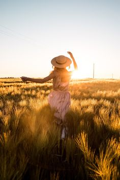 Girl Photo Poses, Girl Photography Poses, Picture Poses, Girl Poses, Sunset Girl, Portrait Poses, Girl With Hat, Fields, Pictures