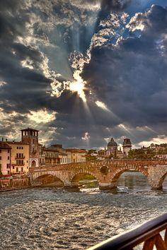 """""""Squarci nel cielo... e spiragli di luce"""" sopra il Ponte Pietra a #Verona #dallitaliaconamore"""