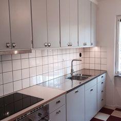 No photo description available. Kitchen Interior, Kitchen Cabinets, Small Kitchen, Kitchen Remodel, Kitchen Decor, Home Kitchens, Kitchen Renovation, Retro Kitchen, Interior Design Furniture