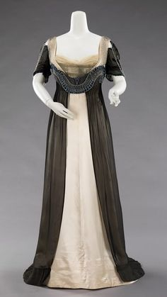 Worth 1910. The lines and colours of this dress are so classic and flattering.