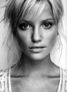 Idee/Inspiration für das Portrait einer Frau.Frauenportrait - Fotoshooting - Shooting - Portraitfotografie - natürlich - authentisch - schwarz-weiß - close-upvanessasblickwinkel.de