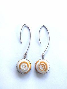 Boucles d'oreilles cabochon tissu de créateur - bijou de créateur de la boutique lesfilsdestemps sur Etsy