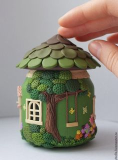 house flower decoration 219128338102212602 - polymer clay – fimo – jar fairy house 7 Source by chaumont_william Polymer Clay Kunst, Polymer Clay Fairy, Polymer Clay Projects, Polymer Clay Charms, Polymer Clay Creations, Diy Clay, Clay Art Projects, Clay Fairy House, Fairy Houses