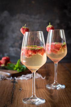 Köstliche Zucchini-Käse-Quiche mit Erdbeerbowle. Genau richtig für einen lauen Sommerabend gemeinsam mit Freunden auf der Terrasse.