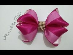 Laço de fita cetim com organza Aula 86 - YouTube Bow Season, Bazaar Ideas, Bow Tutorial, Diy Hair Bows, Doll Accessories, Diy Hairstyles, Girl Dolls, Ribbon, Girly