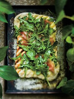 ) Olive oil 15 ml tbsp.) Lemon juice 750 ml cups) shredded mozzarella cheese 225 g lb) of Bayonne ham OR 225 g lb) thinly sliced ​​prosciutto 3 liters cups) arugula Salt and pepper Grilled Pizza Recipes, White Pizza Recipes, Arugula Pizza, Pita Pizzas, Barbecue Recipes, Bbq, Good Pizza, Italy, Barbecue