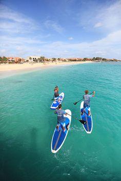 Stand up paddling, Santa Maria, Sal #CaboVerde #Kaapverdie - More at https://www.kaapverdie.nl/vakantie-sal-kaapverdie/
