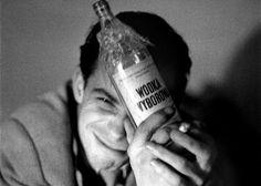 Dla pani gamza albo cotnari. Dla pana bałtyk albo żytko, bezwarunkowo w literatkach. Jeśli w lokalu, to np. z meduzą. Bo w bramie to raczej patyk i z gwinta. To jakiś szyfr? Nie, to tylko wspomnienie naszych najważniejszych alkoholi i alkoholowych obyczajów z ostatnich lat. Powiedzmy, że około czterdziestu...