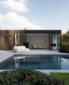If you are fortunate enough to have a swimming pool in your backyard, you will want to maximize the design of that space with a cozy pool seating area. You may have a lot of space available near your pool… Continue Reading → Small Pool Houses, Modern Pool House, Indoor Outdoor Living, Outdoor Pool, Outdoor Decor, Swimming Pools Backyard, Swimming Pool Designs, Moderne Pools, Design Exterior